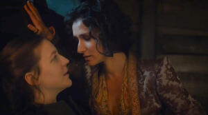 Gemma Whelan (Yara Greyjoy in Game of Thrones) e il bacio improvvisato con Ellaria Sand